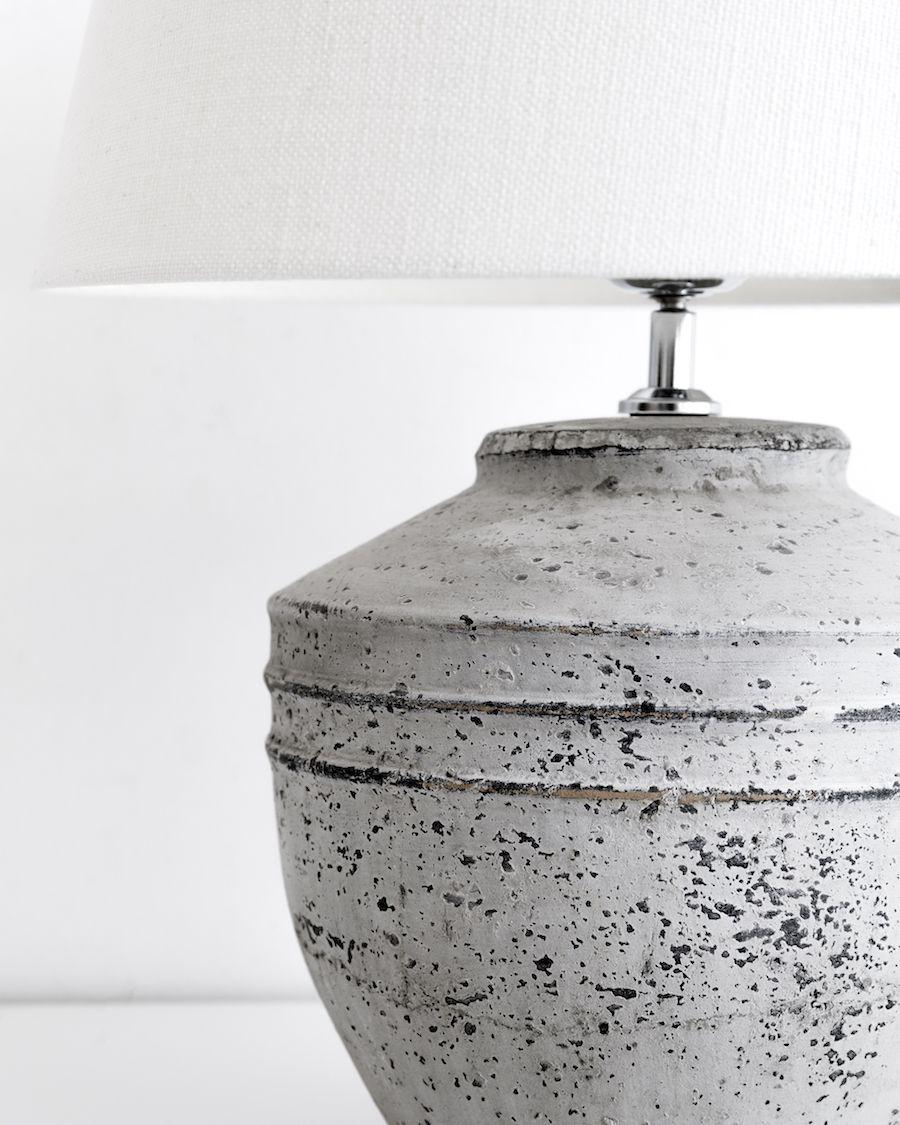 Toga lámpara de mesa mediana