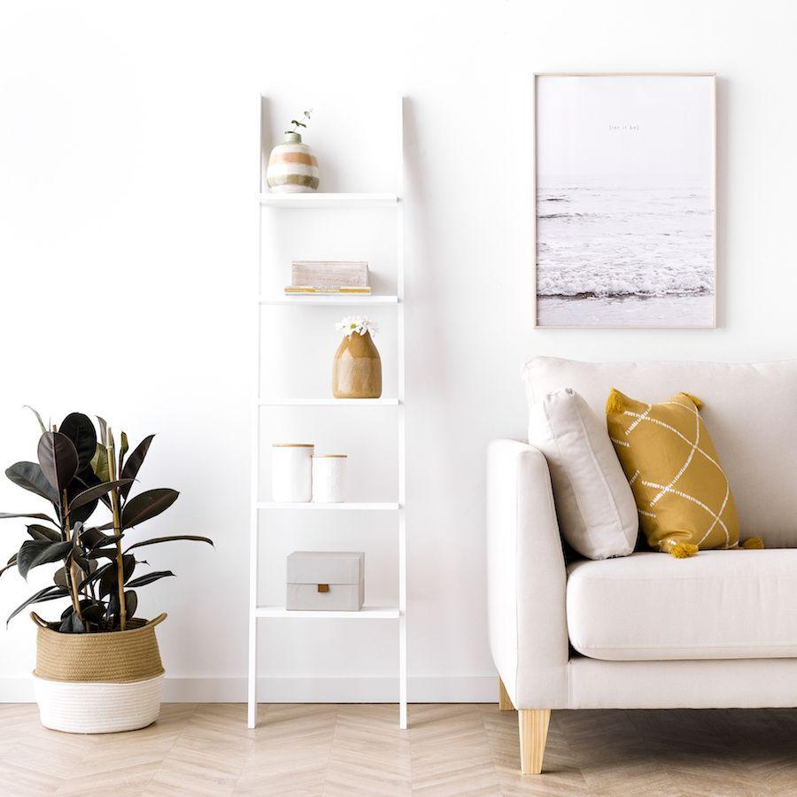 Nussa scala libreria bianca